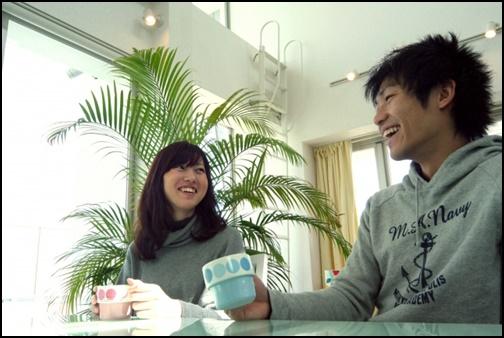 カフェでデートするカップル画像