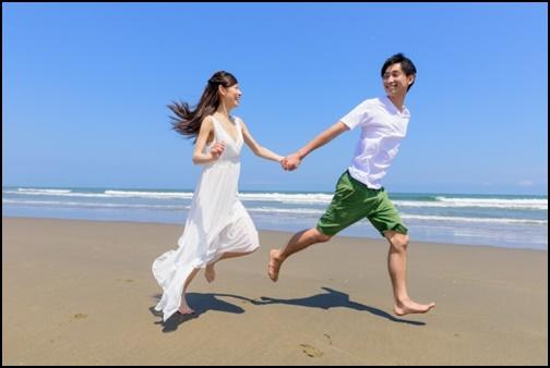 浜辺を走るカップル画像