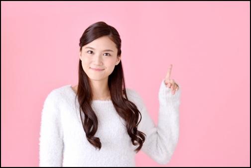 指差しする女性の画像