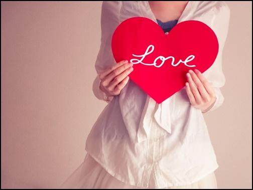 loveのハートを持つ女性の画像
