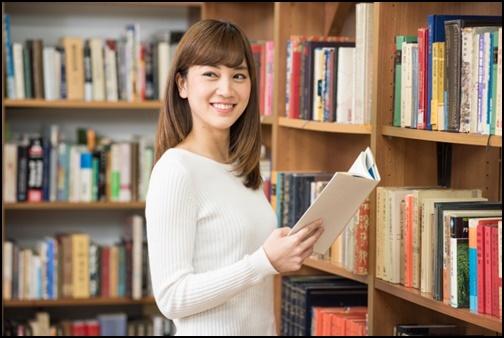 読書している女性の画像