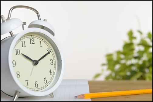 時計と鉛筆の画像