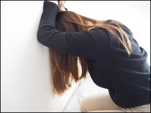 悩む女性の画像