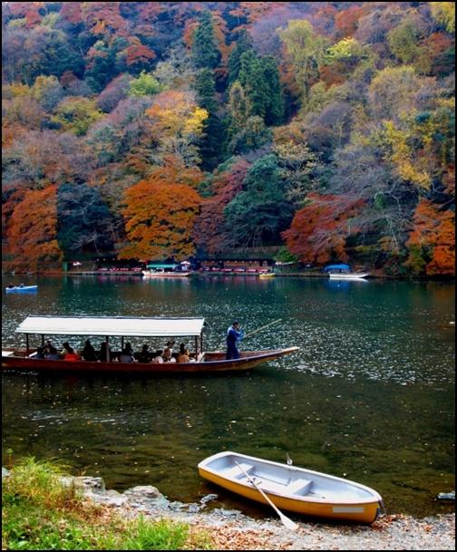 嵐山の保津川の船下りの画像