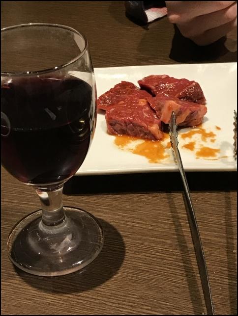 ワインと肉の画像