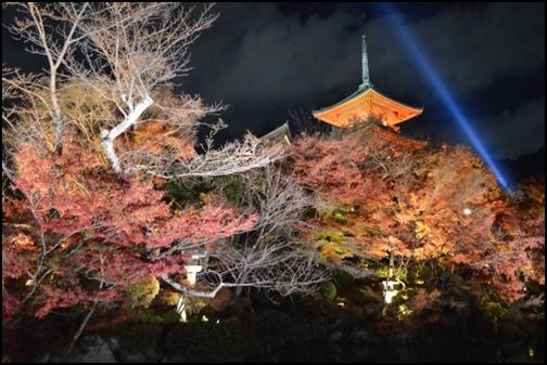 紅葉された清水寺と一筋の青い光の画像