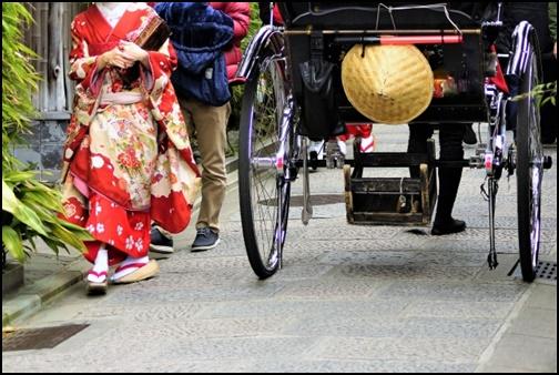 京都を着物姿で歩く女性の画像