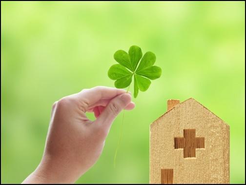 四葉のクローバーと家の模型画像