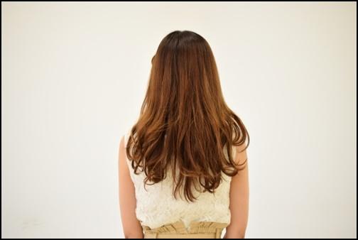 ロングヘアーの後ろ姿の女性の画像