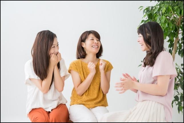 3人の女性達が雑談する画像