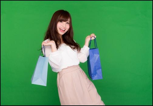 買い物をして上機嫌の女性の画像