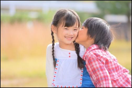 男の子が女の子にキスする画像