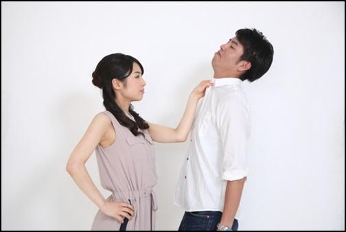 彼氏の胸ぐらをつかむ喧嘩中の女性の画像