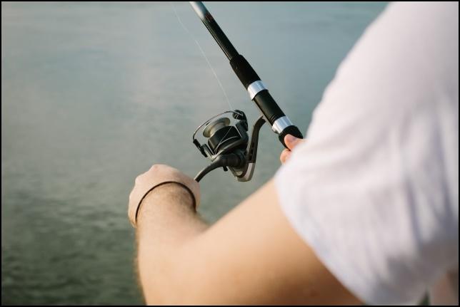 釣りをする男性の画像