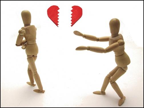 失恋して相手を置いていく人と未練があるポーズをする木の人形の画像