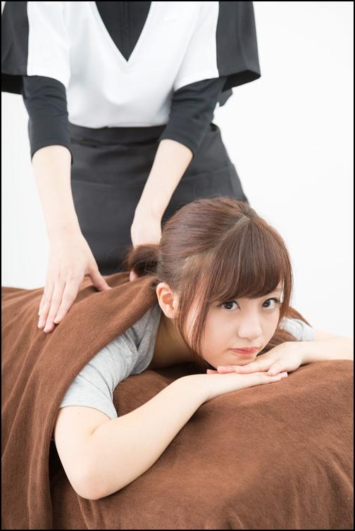 マッサージをベットで受けている女性の画像