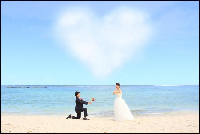 ビーチでプロポーズしている画像