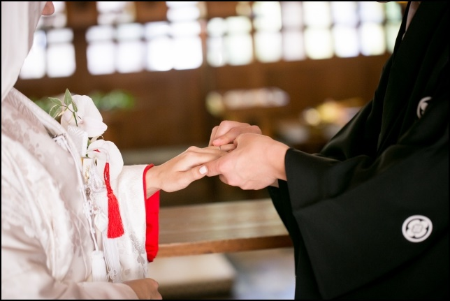 和服での結婚指輪の交換画像