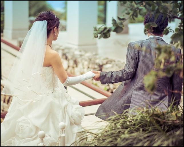 結婚式、彼が彼女を引っ張っていく画像