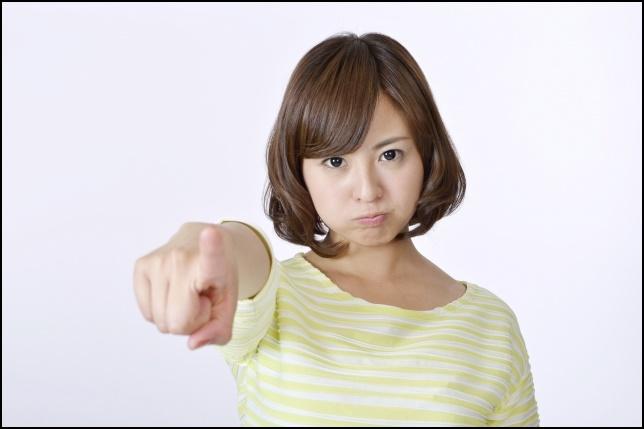 指差しして怒る女性の画像