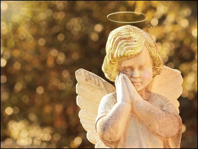 天使の銅像が祈っている画像