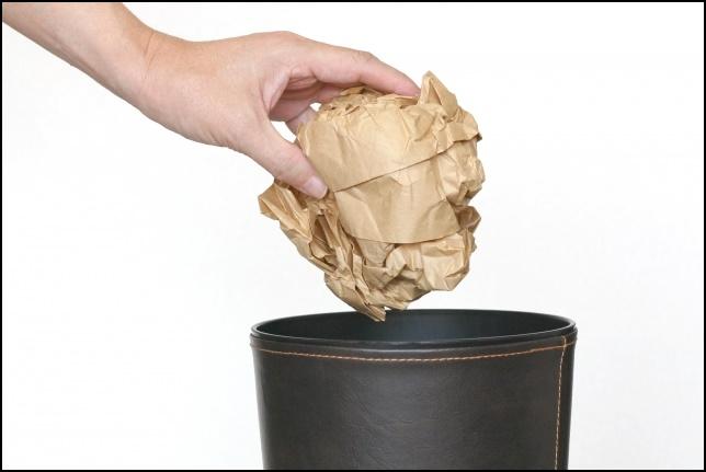 ゴミを捨てる画像