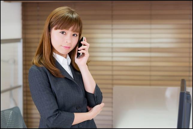 美人女性が仕事で電話している画像