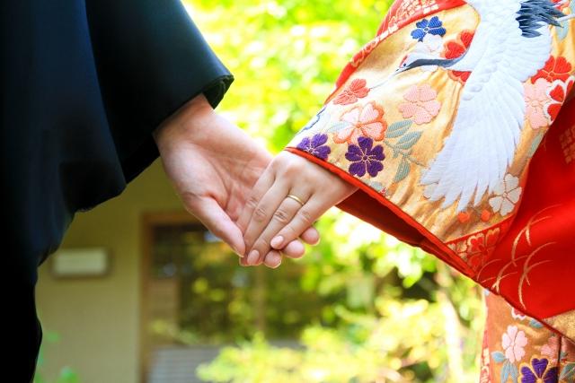 和服姿のカップルが手繋ぎしている画像