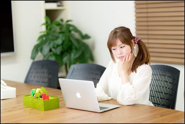 美人OLがノートパソコンを見ている画像