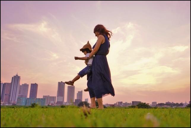 優しいお母さんが男の子を抱っこしている画像