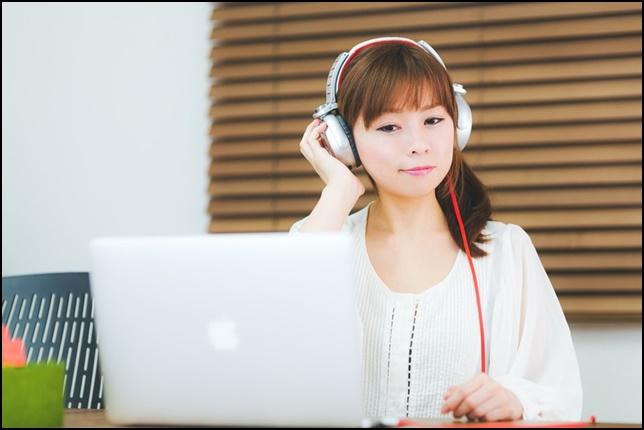 美人OLが音楽を聴いて笑顔の画像