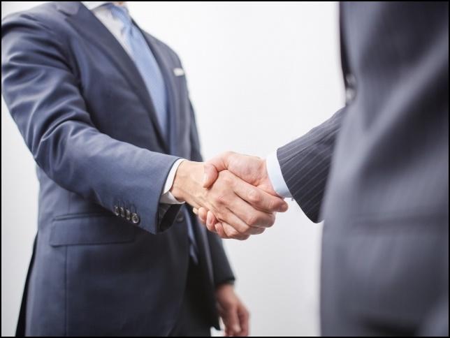 握手するサラリーマンの画像