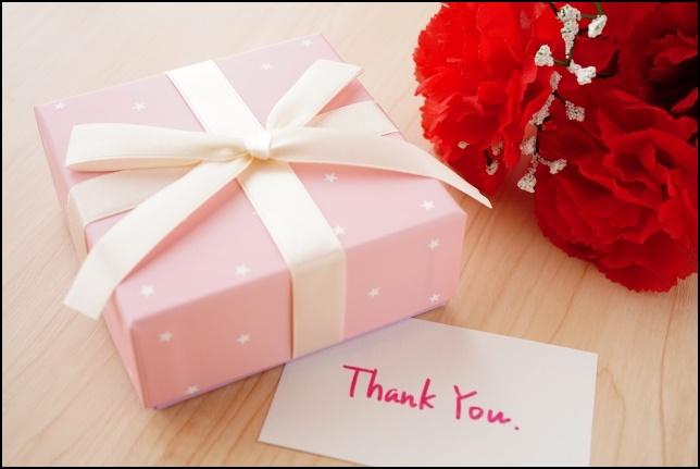 ありがとうのメッセージカードとプレゼントの画像