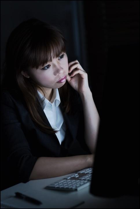 美人OLが仕事の内容を真剣に確認している画像