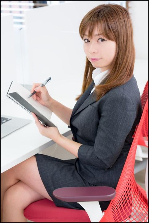 美人OLが職場でメモ書き勉強している画像