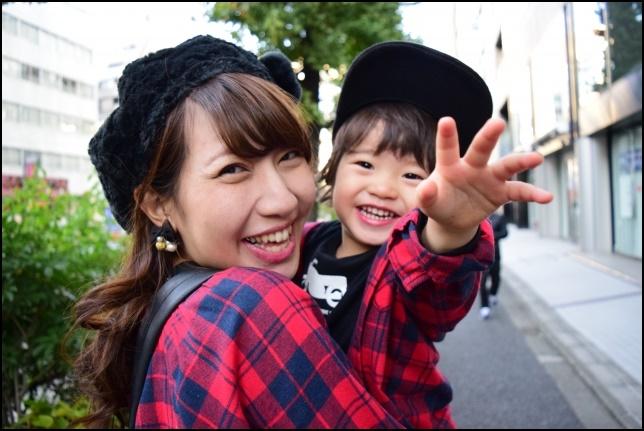 優しいお母さんが男の子を抱っこして笑顔の画像