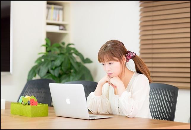 美人OLがノートパソコンを見ている画像2