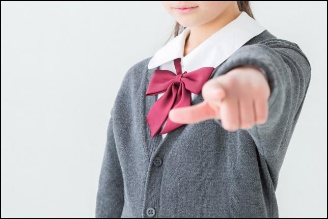 女子高生が指差しする画像