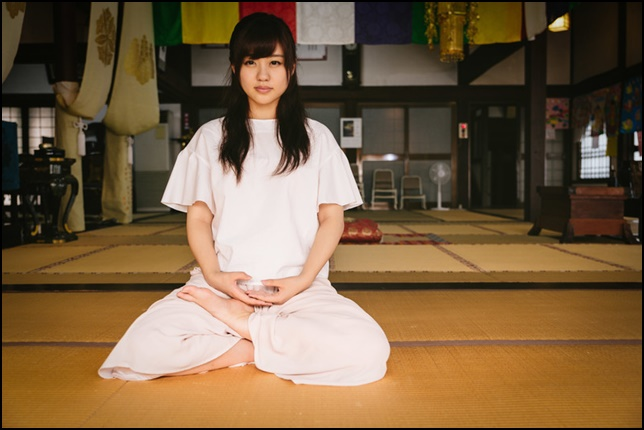 座禅、瞑想しながらこちらを見ている女性の画像