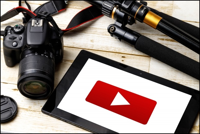 YouTubeを表示したタブレットとカメラの画像