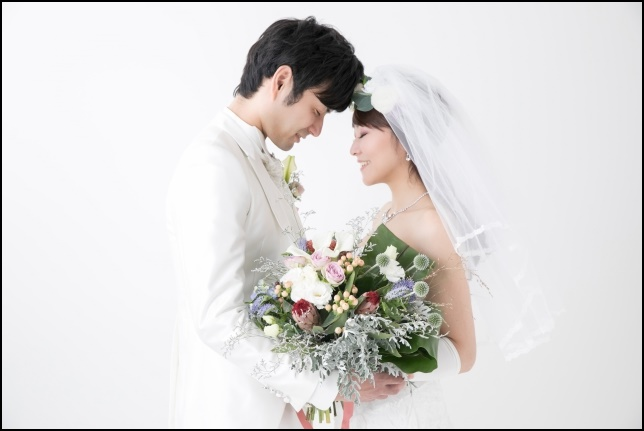 結婚する幸せそうなカップルの画像