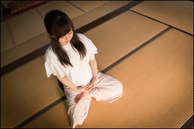 座禅している女性を斜め上から撮影した画像