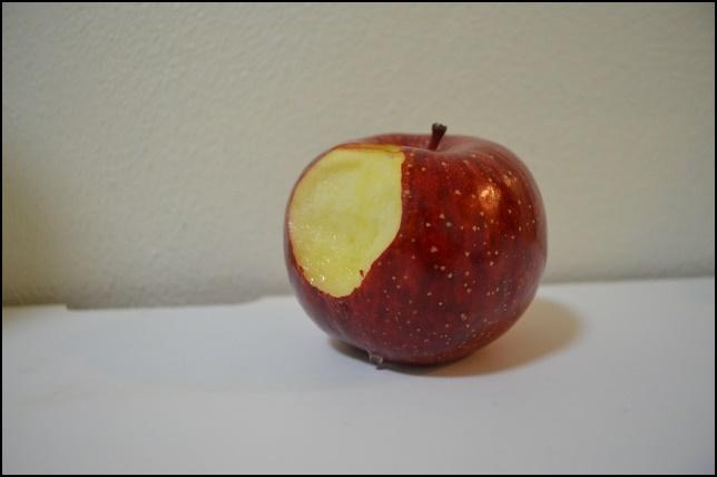 食べかけのリンゴの画像