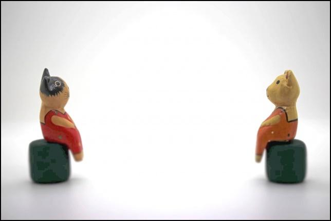 距離を取っている人形の画像