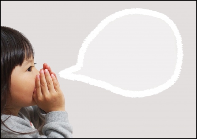 内緒話を話す女の子の画像