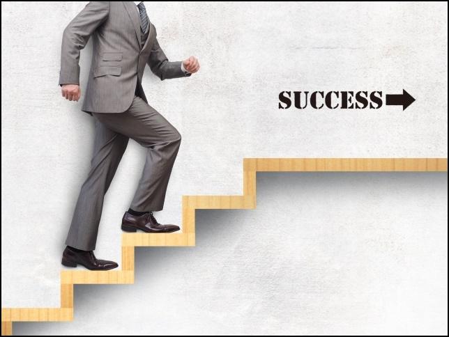 成功の階段を上るサラリーマン画像