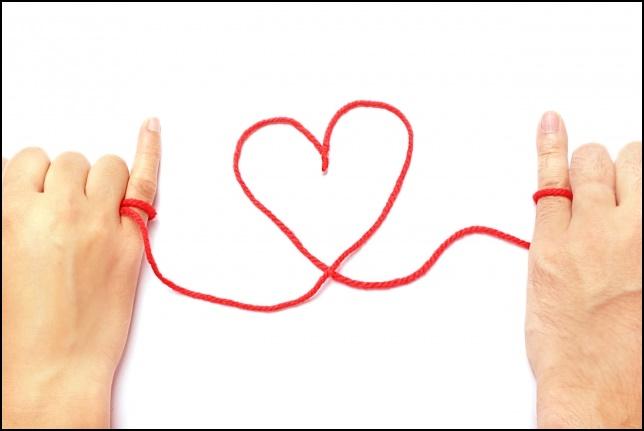 小指と小指が運命の赤い糸で繋がれている画像