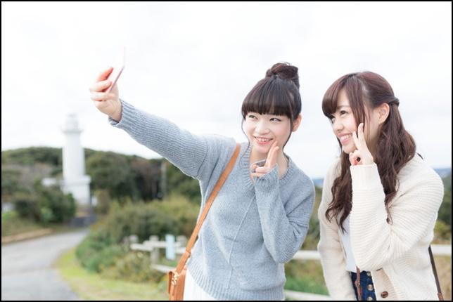 女子旅で自撮りする女性2名の画像