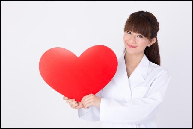 医者の女性がハートを持っている画像2