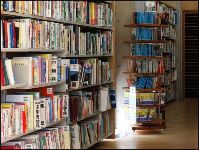図書館の書籍が棚に並んでいる画像